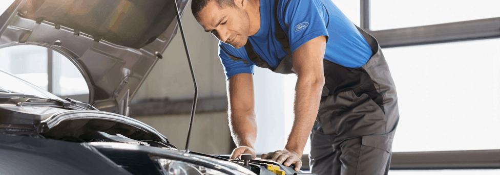 Ford monteur is bezig met ford onderhoudsschema